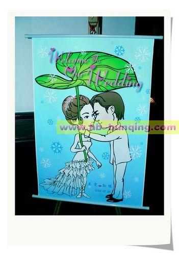 比如海洋主题婚礼,迎宾牌可以以蓝色为主,加入海洋元素;电影主题婚礼